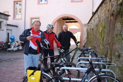 Grüne Parlamentarier spenden Fahrradständer